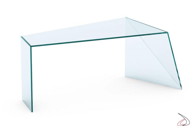 Scrivania moderna in vetro, disponibile in tre finiture, caratterizzata da un fianco irregolare.