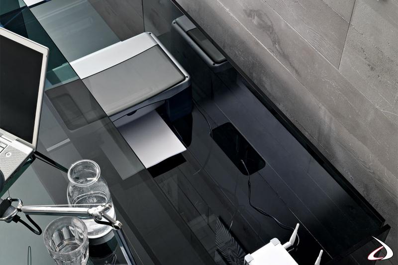 Scrivania moderna dal design funzionale e minimalista. Il top con ruote scorre verso l'esterno rivelando un contenitore con passacavi