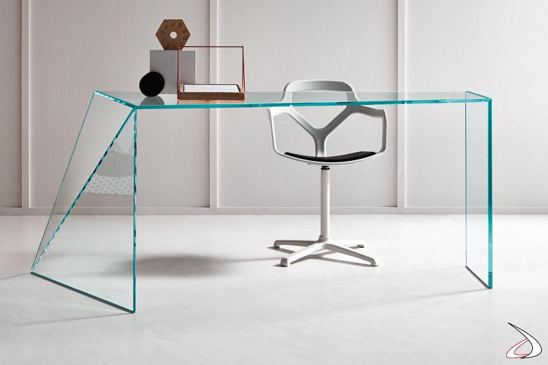 Scrivania moderna e di design in vetro, caratterizzata da un fianco irregolare composto da due lastre di vetro finemente tagliate con un taglio obliquo.