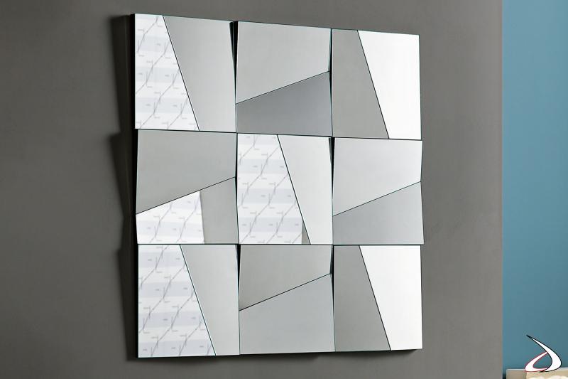 Specchio moderno e componibile. I vari elementi quadrati possono essere disposti con i tagli in orizzontale o verticale per creare molteplici soluzioni.
