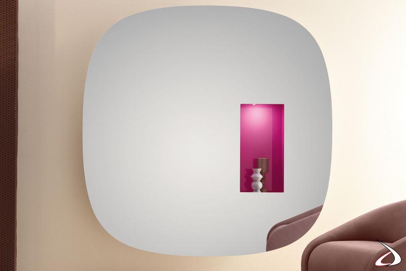 Specchio elegante dal design minimalista, con vano in laccato lucido e illuminazione a led con sensore di movimento.