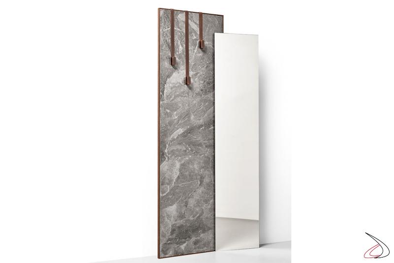 Specchio moderno di design con lastra in ceramica, disponibile in diverse finiture, con kit appendiabiti in metallo spazzolato.