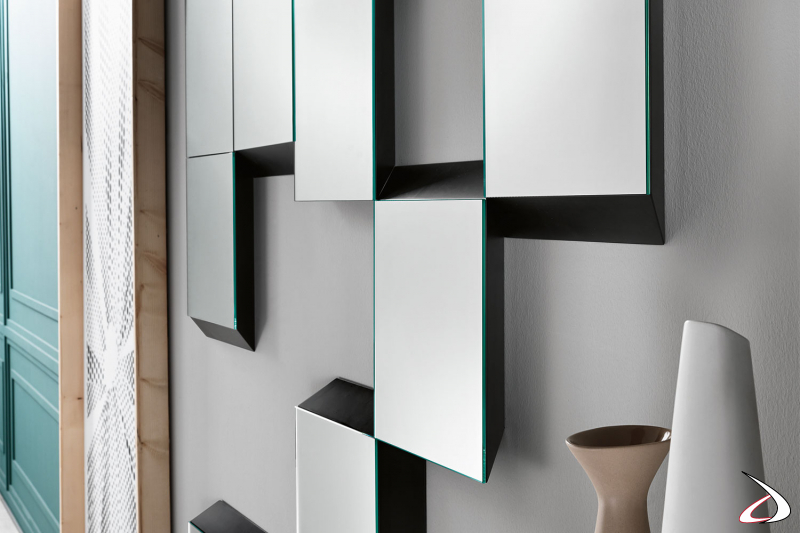 Specchio moderno e di design, che grazie alla cornice in laccato che circonda gli elementi riflettenti, rende tridimensionale l'intera composizione