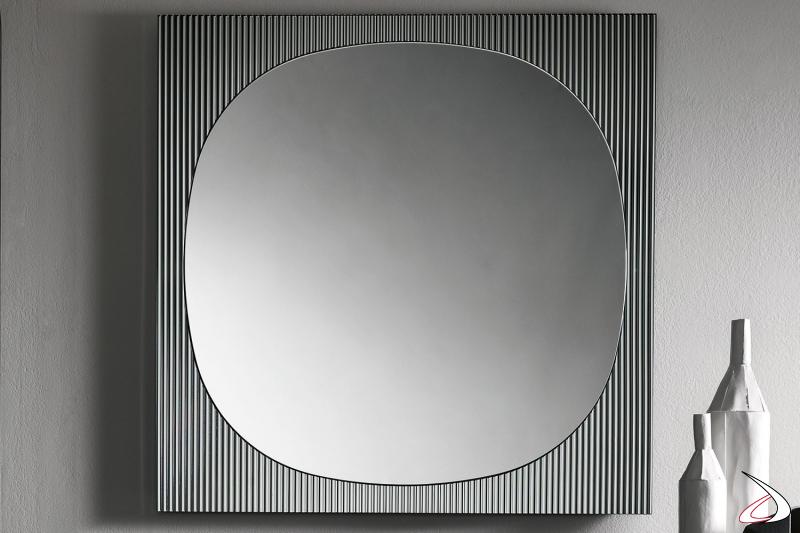 Specchio moderno e di design dagli angoli smussati, caratterizzato da una cornice squadrata realizzata dall'unione di uno specchio e di un vetro cannettato.
