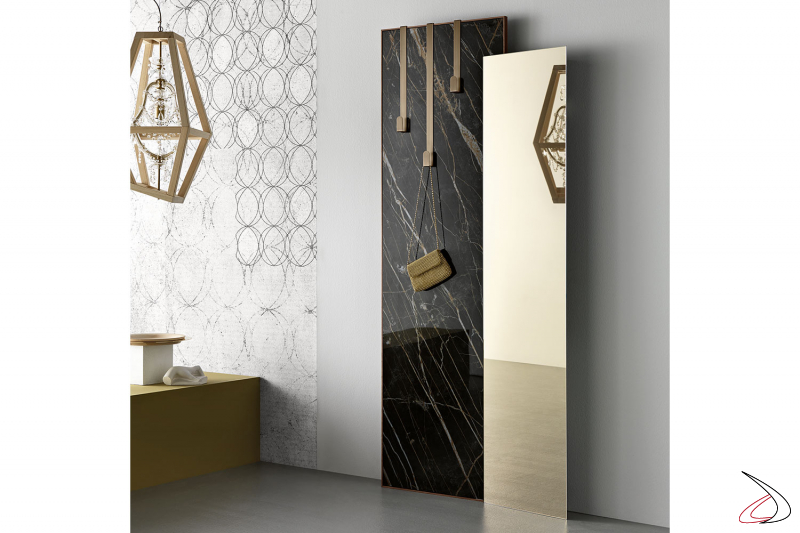 Specchio moderno ed elegante, personalizzabile in diverse finiture. Disponible kit appendiabiti in metallo spazzolato.