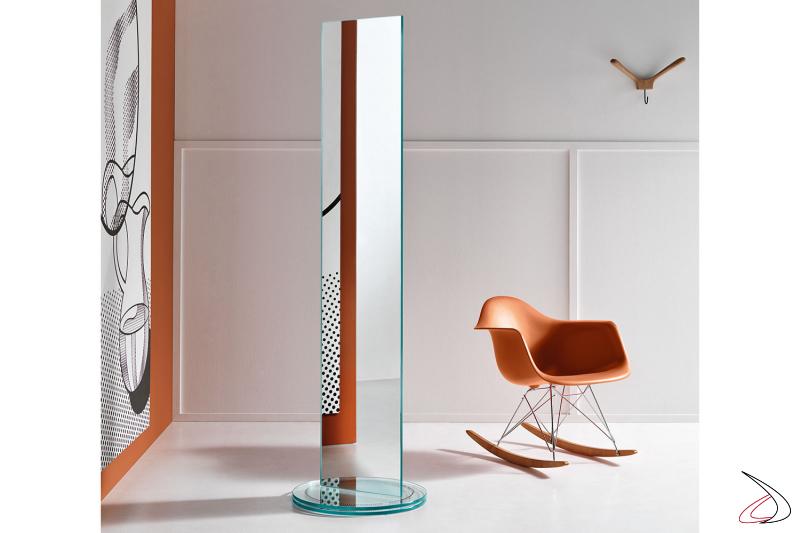 Specchio moderno ed elegante rettangolare freestanding, bifacciale che poggia su una base rotante su sfere di acciaio.