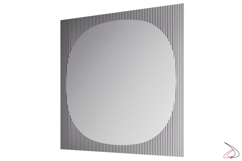 Specchio moderno e di design, che si caratterizza per una cornice realizzata dall'unione di uno specchio e di un vetro cannettato.