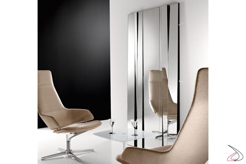 Specchio moderno rettangolare, caratterizzato dai vari moduli inclinati. Possibilità di comporre l'arredo.
