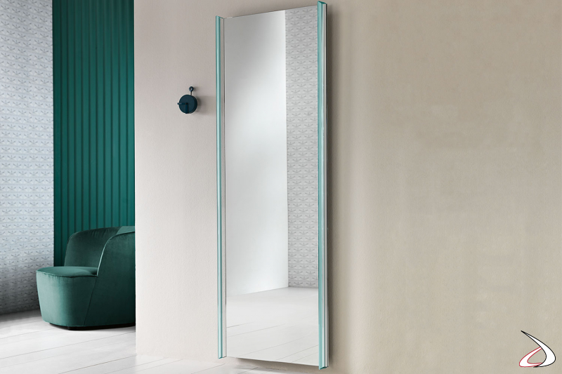 Specchio moderno e dal design minimalista a parete, caratterizzato da una cornice in vetro extrachiaro con bisellatura.