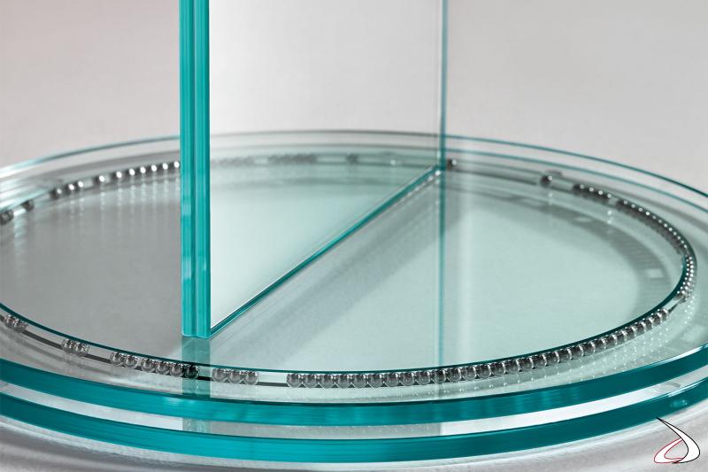 Specchio moderno e di design bifacciale che poggia su un sistema brevettato, costituito da una base rotante su sfere di acciaio.