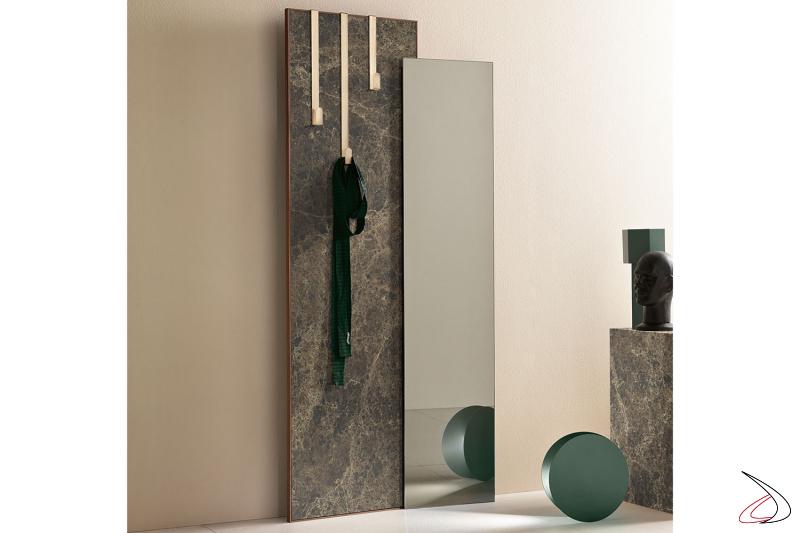 Specchio moderno ed elegante con lastra in ceramica con dettagli oro. Disponibile con kit appendiabiti in metallo.