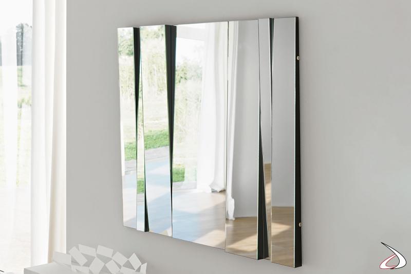 Specchio moderno e di design, che si caratterizza per per i diversi moduli inclinati che regalano dinamismo all'ambiente