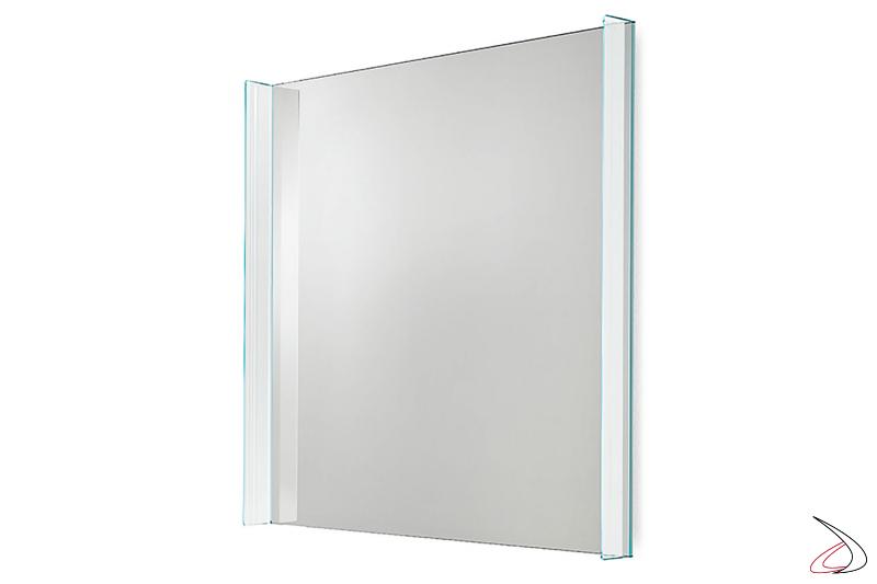 Specchio moderno ed elegante quadrato a parete. Si caratterizza per la cornice laterale in vetro con bisellatura.