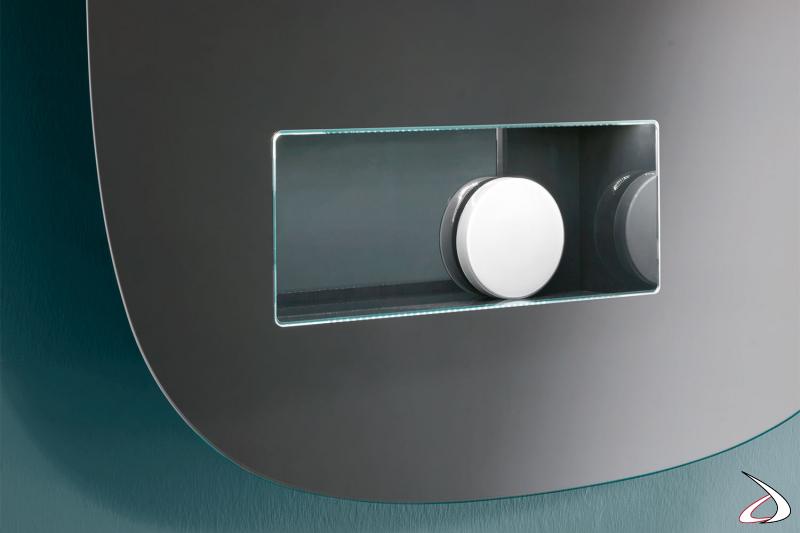 Specchio moderno e minimalista dai bordi arrotondati. Il vano interno è in laccato opaco.