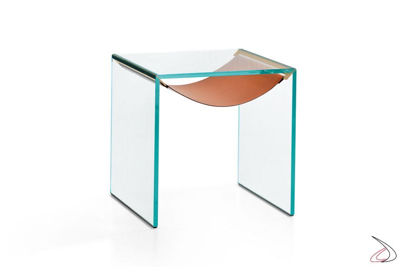 Tavolino cuadrato moderno e dal design minimalista in vetro, caratterizzato da un ripiano a forma di amaca in cuoio.