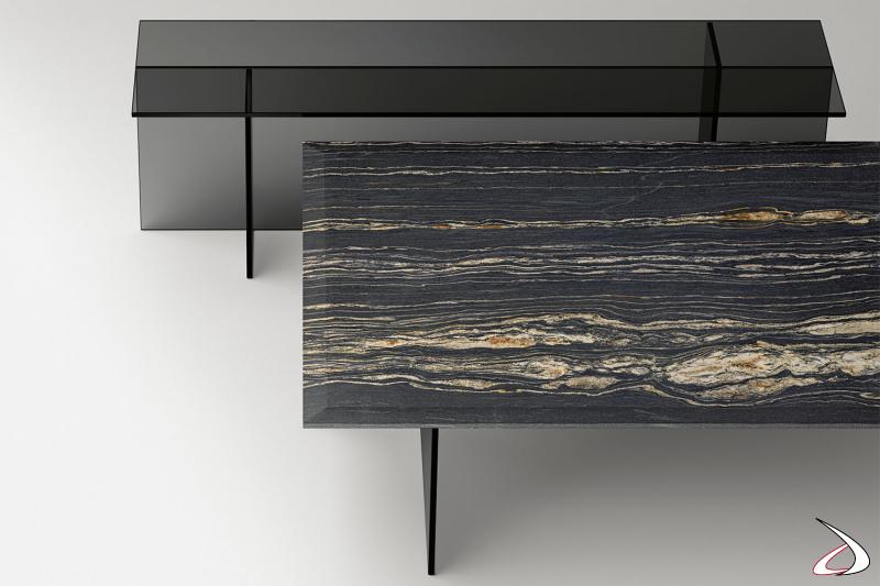 Tavolino per salotto moderno e dal design essenziale, caratterizzato da una base in vetro formata da elementi verticali simmetrici e ortogonali che supporta un piano in marmo o vetro.