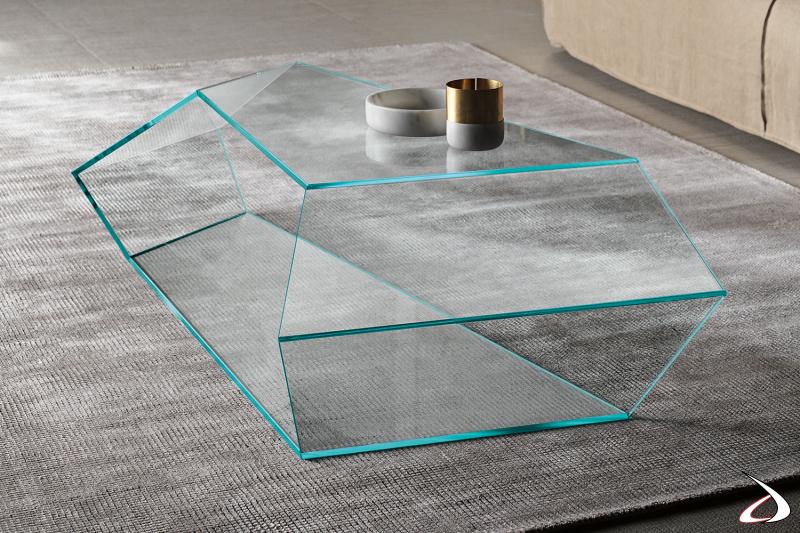 Tavolino di design in vetro.I particolari angoli di questo tavolino creano un piacevole effetto di continuità della superficie.