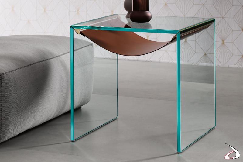 Tavolino fianco divano moderno e di design in vetro temperato e ripiano a forma di amaca in cuoio.