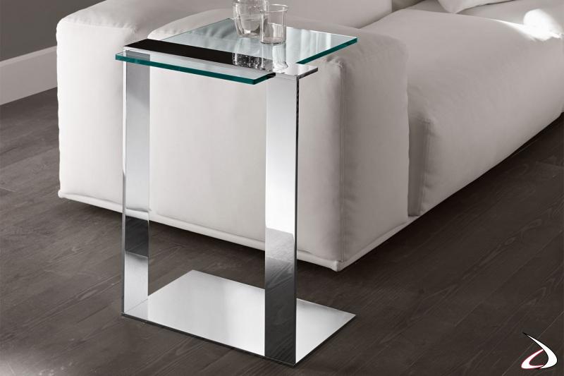 Tavolino elegante e moderno caratterizzato da una struttura in metallo che sostiene un piano in vetro. Disponibile in varie finiture.