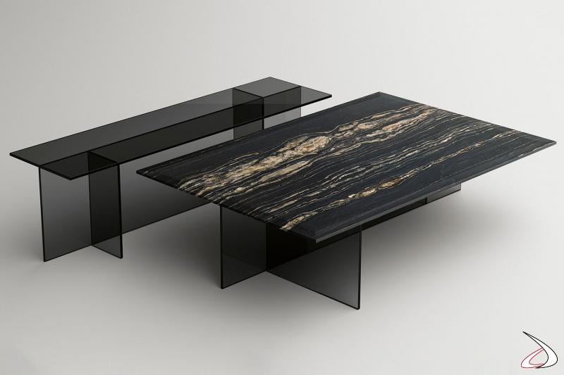 Tavolino moderno rettangolare con base essenziale composta di elementi simmetrici e ortogonali, e con top a scelta tra vetro e marmo spazzolato opaco.