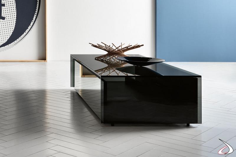 Tavolino rettangolare in vetro fumè dal design moderno e funzionale. Dispone di un ampio cassetto in legno con frontale a specchio.