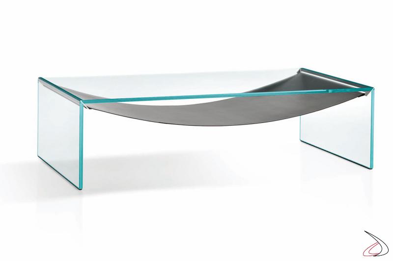 Tavolino moderno con particolare ripiano in cuoio a forma di amaca che esalta la struttura rettangolare in vetro temperato.