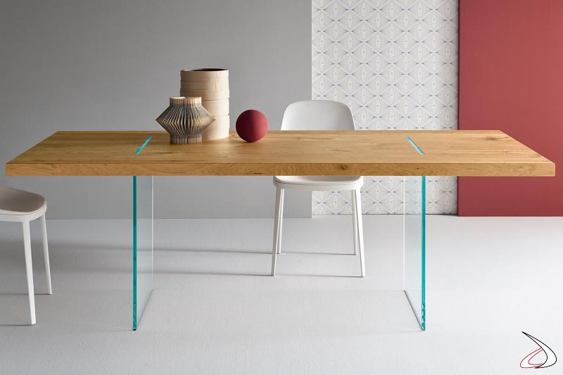 Tavolo moderno dal design minimalista caratterizzato da un top impiallacciato in rovere invecchiato con struttura in vetro.
