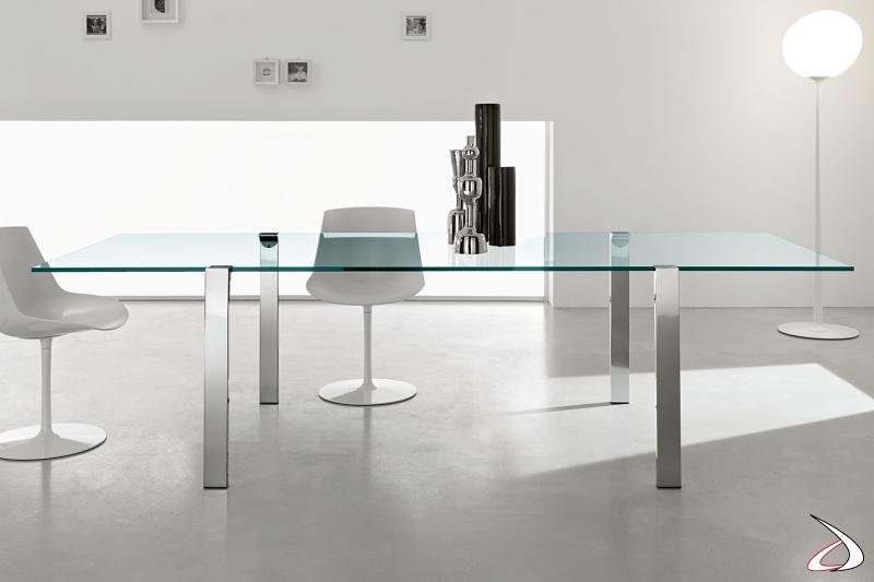 Tavolo moderno e raffinato in vetro con gambe cromate lucide, che danno luce all'ambiente.