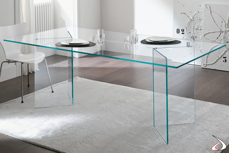 Tavolo moderno e di design realizzato interamente in vetro, che si caratterizza per i sostegni speculari.