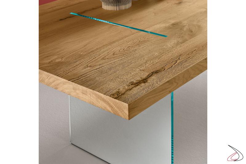 Tavolo moderno ed elegante, il top in rovere invecchiato è sorretto e attraversato da due lastre di vetro.