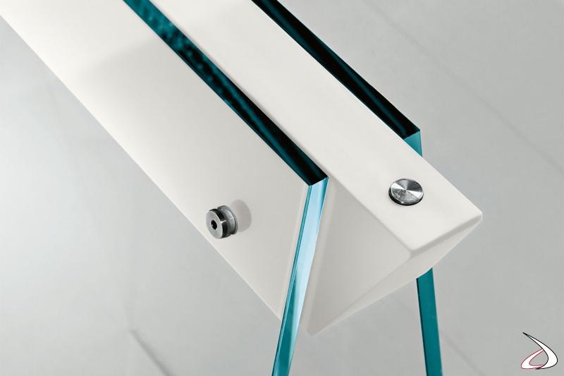 Tavolo moderno e di design, che si caratterizza per i cavalletti in vetro con gambe oblique in vetro dotate di giunti in laccato bianco opaco.