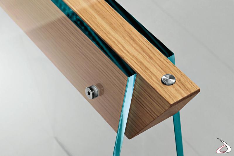 Tavolo moderno e di design, che si caratterizza per i cavalletti in vetro con gambe oblique in vetro dotate di giunti in rovere naturale.