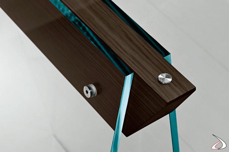 Tavolo moderno e di design, che si caratterizza per i cavalletti in vetro con gambe oblique in vetro dotate di giunti in wengè.