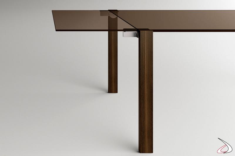 Tavolo moderno dal design minimalista allungabile, con top rettangolare in vetro bronzo e gambe in noce canaletto.