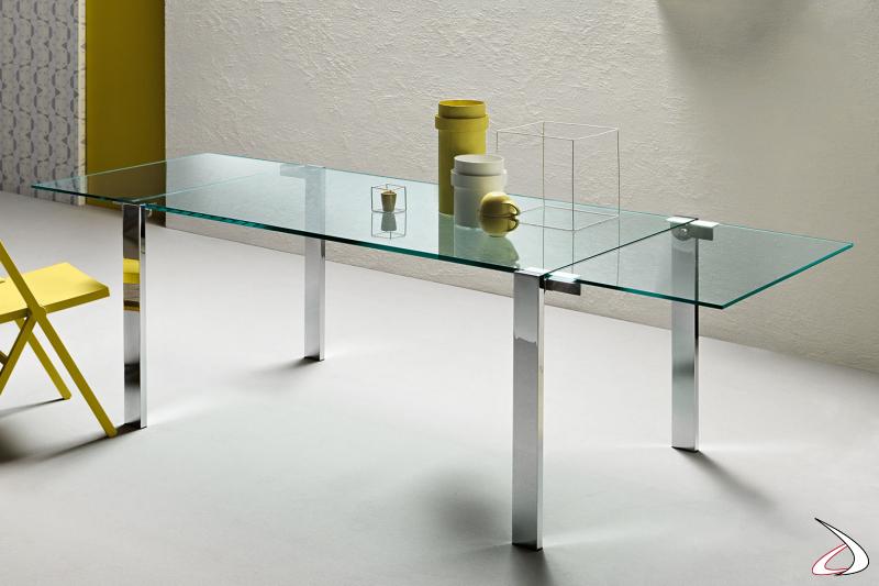 Tavolo moderno ed elegante rettangolare in vetro, con gambe perimetrali cromate lucide.
