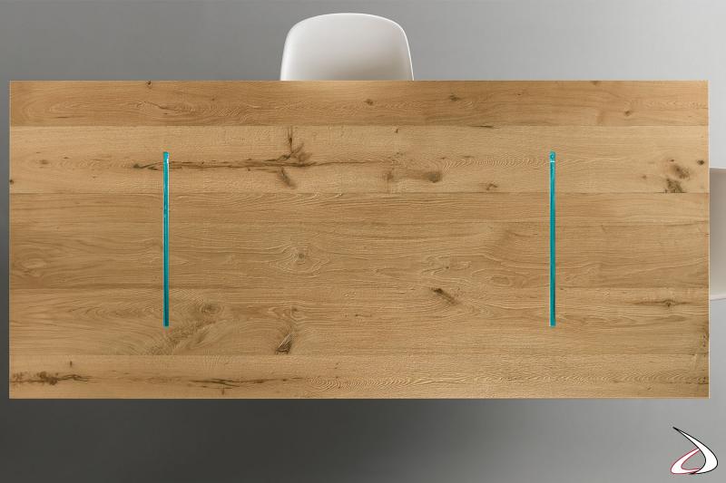 Piano realizzato con il recupero di travi in rovere che vengono lavorate mettendo in risalto crepe e nodi, componenti della naturale estetica del legno.