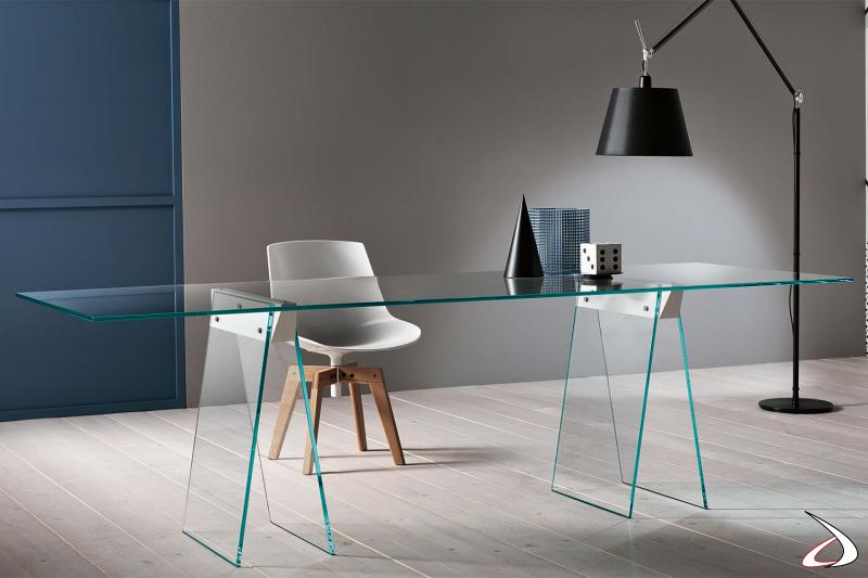 Tavolo moderno ed elegante in vetro, caratterizzato da dei robusti cavalletti che possono accogliere piani anche di grandi dimensioni.