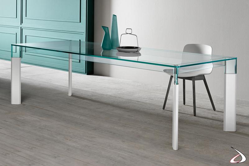 Tavolo moderno dal design minimalista e raffinato con top in vetro e gambe in laccato bianco.