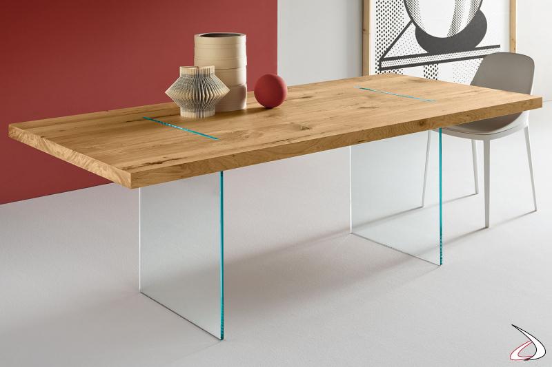 Tavolo moderno ed elegante in legno rovere invecchiato con basamento in vetro.