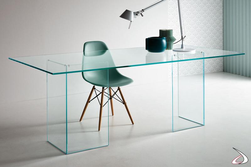 Tavolo rettangolare moderno ed elegante in vetro. il top è supportato da due sostegni speculari.