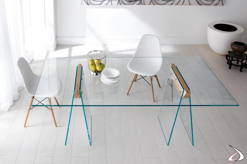 Tavolo moderno dal design semplice ed elegante in vetro, che si caratterizza per i cavalletti in vetro con gambe oblique in vetro dotate di giunti in legno.