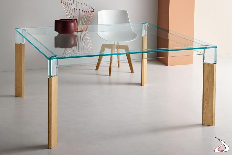 Tavolo moderno ed elegante rettangolare in vetro con gambe in rovere.