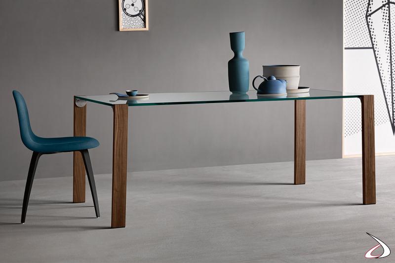 Tavolo elegante e di design con op in vetro e gambe in noce canaletto.