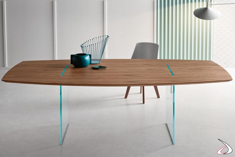 Tavolo moderno dal design minimalista caratterizzato da un top in multistrato impiallacciato noce canaletto con struttura in vetro.