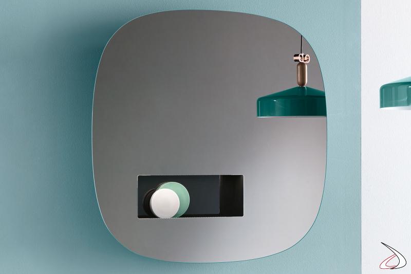 Specchio moderno ed elegante, dal design minimalista caratterizzato da un vano portaoggetti in laccato lucido. Dispone di illuminazione a led