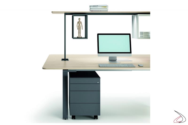 Scrivania operativa da ufficio di design con ripiano alto porta oggetti