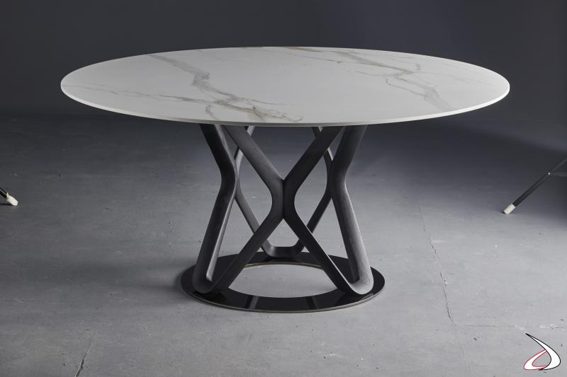 Tavolo con base acciaio cromato, struttura il legno di frassino tinto nero e piano in marmo bianco statuario.