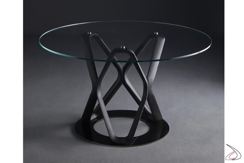 Tavolo con base acciaio cromato, struttura il legno di frassino tinto nero e piano in vetro temperato trasparente.