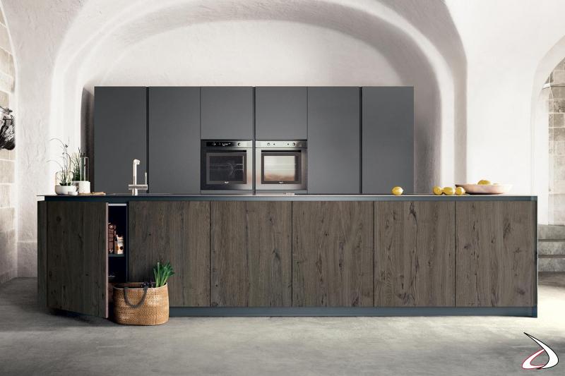 Cucina di design componibile in rovere antico e in laccato opaco con piano lavoro in acciaio