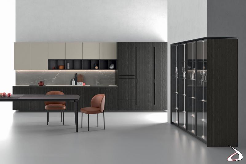 Cucina moderna su misura con piano top in laminam, luci led sottopensile e vetrine internamente illuminate